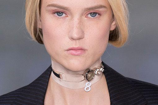 Desfile Dior bijuteria colar coleira choker
