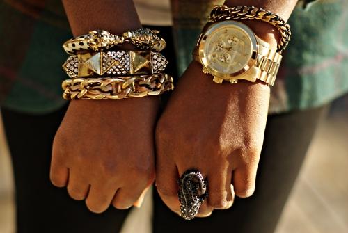 relogio com pulseiras douradas