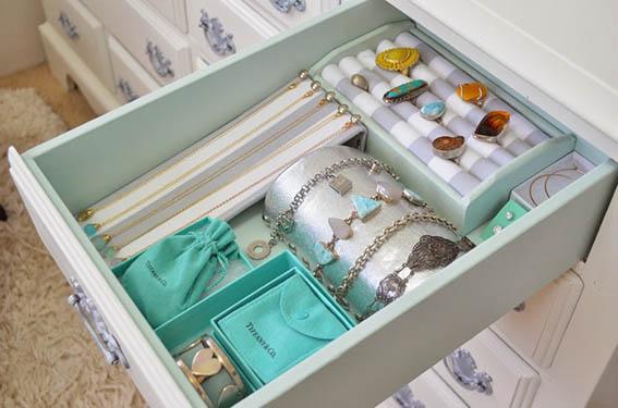 Armario com brincos grandes e pulseiras semi jóias