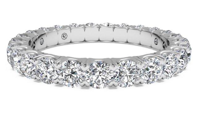 Aliança de diamantes compartilhados