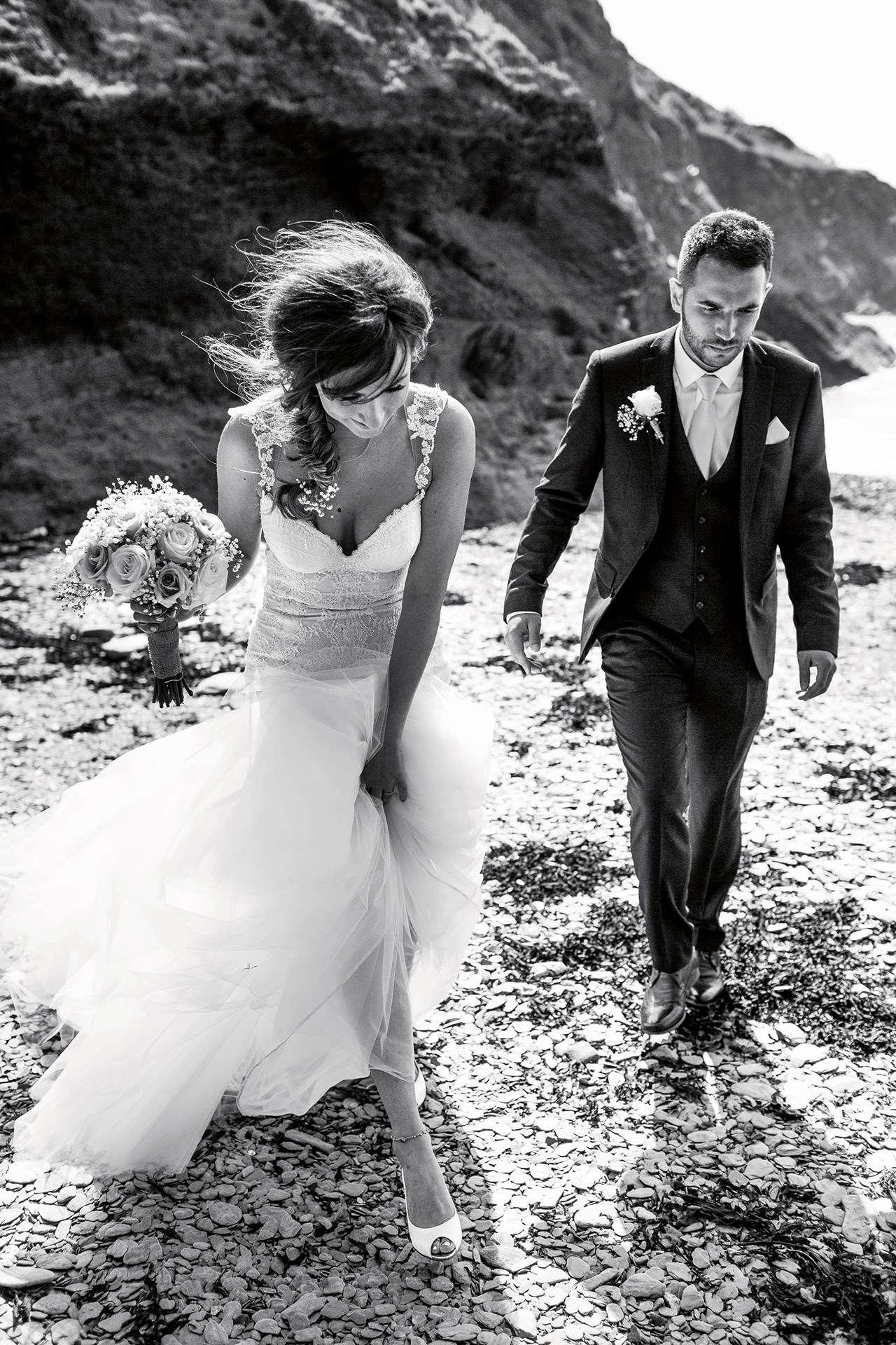 Nos dias de hoje, muitas mulheres usam sua alianças de casamento e anéis de  noivado simplesmente por ser um símbolo do casamento e uma tradição popular  que ... 2e1263d915