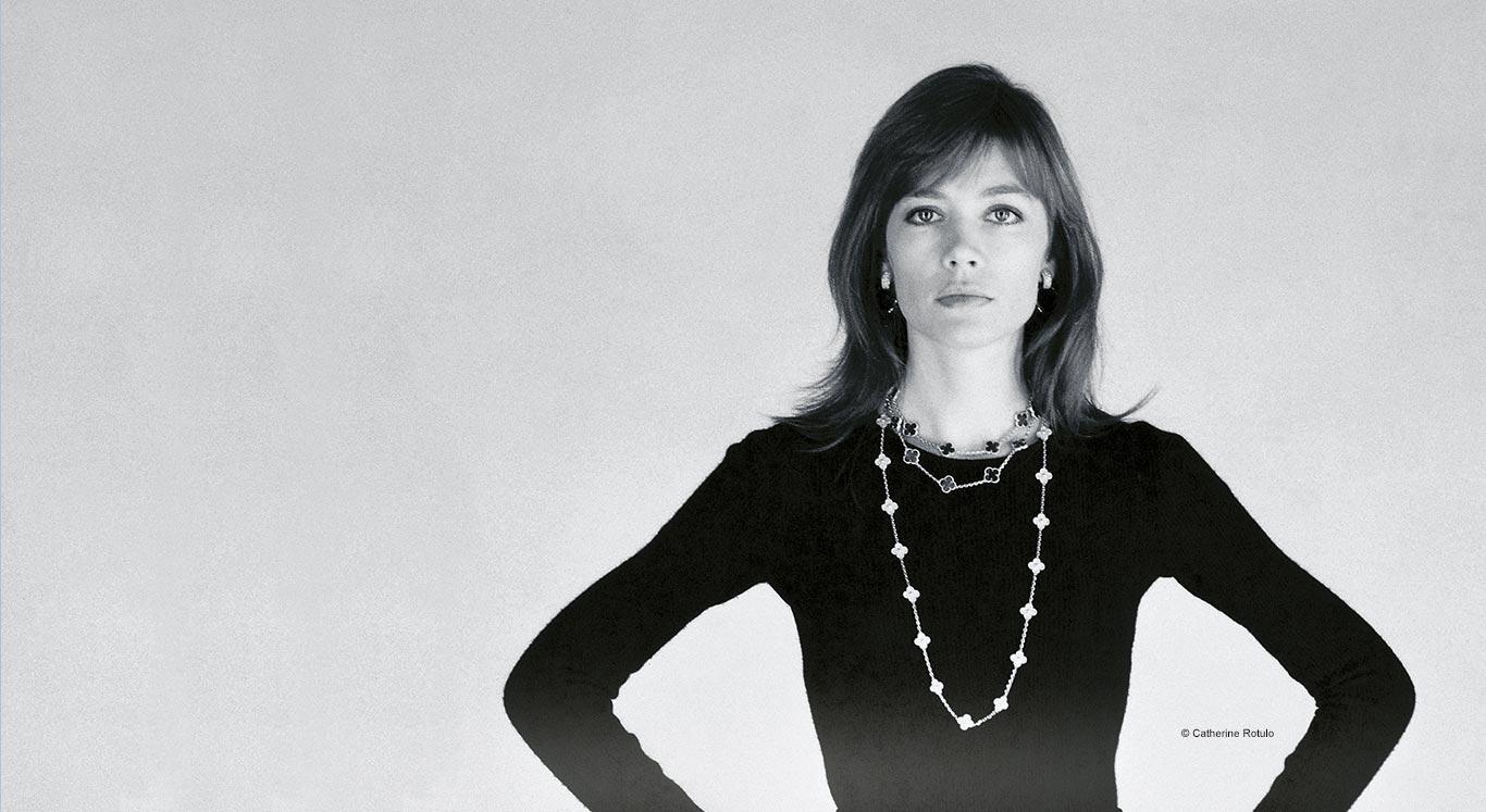 Françoise Hardy posou adornada com peças Alhambra