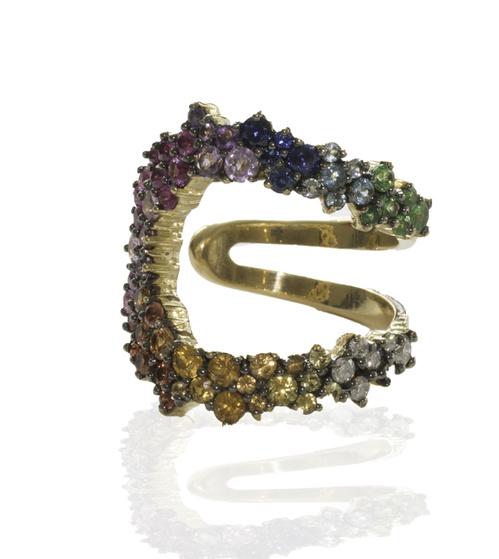 anel em ouro amarelo envelhecido pedras coloridas