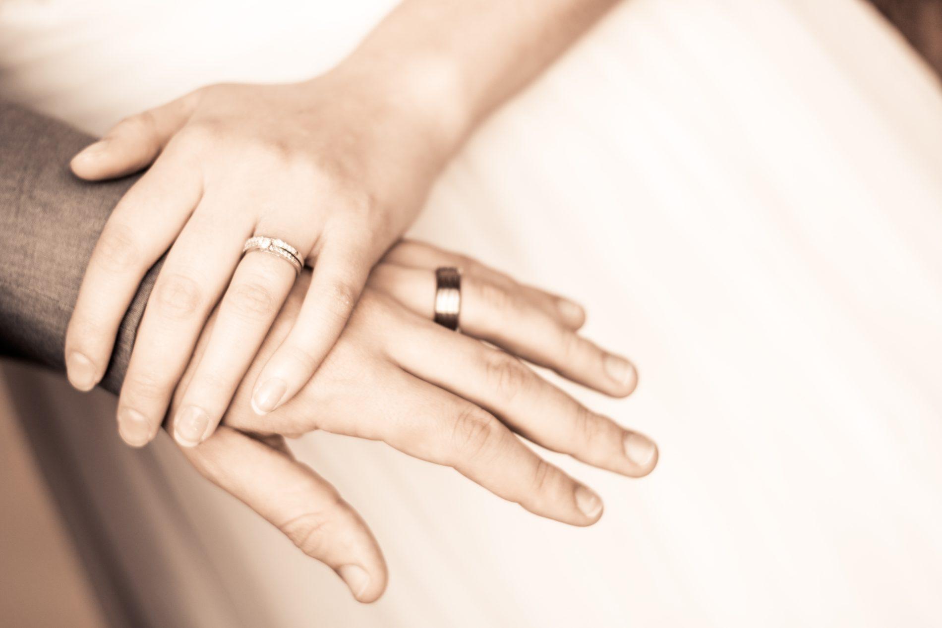 acfda185c6a Por que alianças no quarto dedo da mão esquerda