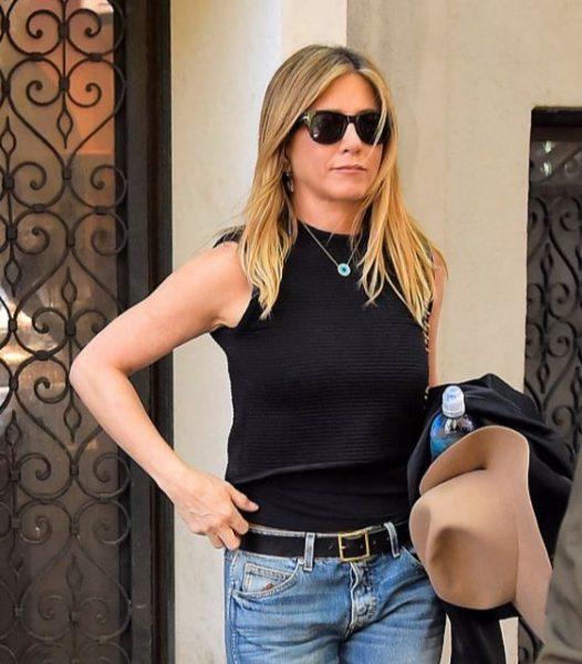 Jennifer Aniston com o colar de olho grego em Nova Iorque, nos Estados Unidos