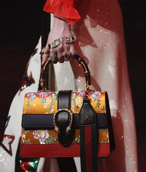 """As pulseiras de mão prometem voltar com tudo. A Gucci trouxe um modelo com a palavra """"loved"""""""
