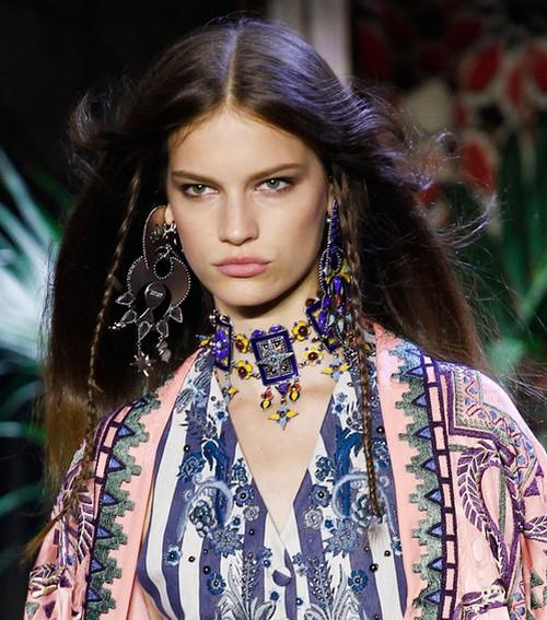 O estilista Roberto Cavalli apostou em joias coloridas, grandes no estilo boêmio