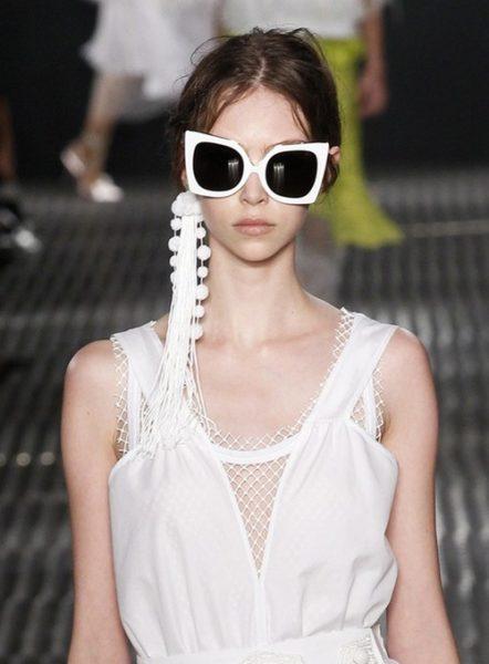 A grife Nº 21 trouxe enormes brincos solitários para as passarelas da Semana de Moda de Milão