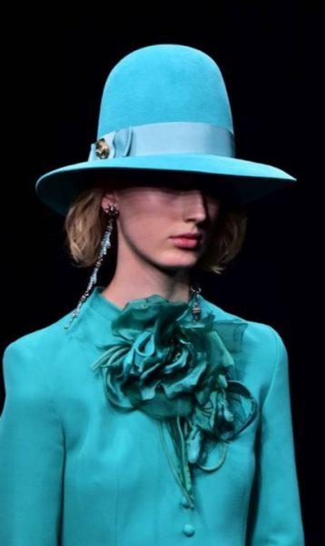 O chapéu é um dos acessórios que apareceram na Semana de Moda de Milão. A Gucci trouxe um modelo bem clássico para o desfile