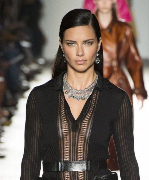 Botegga Veneta foi mais clássica e trouxe joias finas lindíssimas para a Semana de Moda de Milão