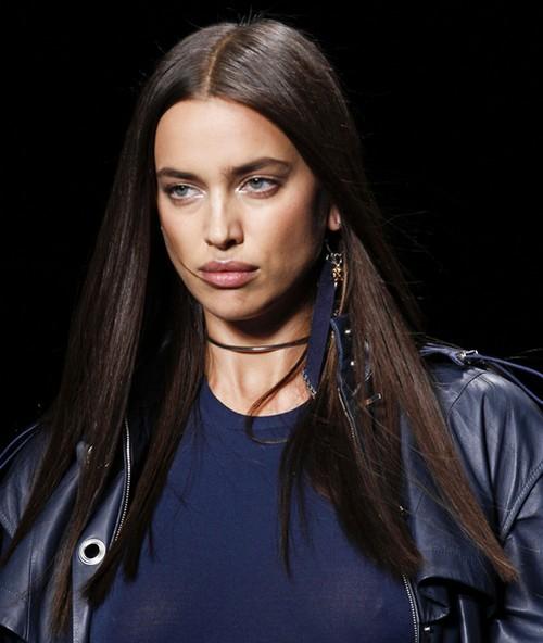 A gargantilha continuará em alta no que depender da marca Versace que trouxe um modelo ultrafino para a Semana de Moda de Milão
