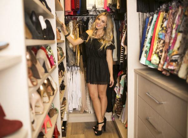 Closet de Thaeme Mariôto conta com muitos sapatos, roupas justinhas e semi joias.