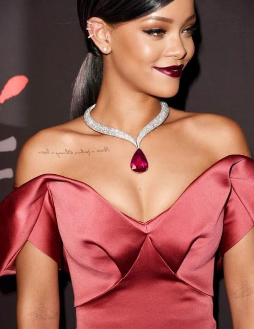 Acessórios e vestido Rihanna