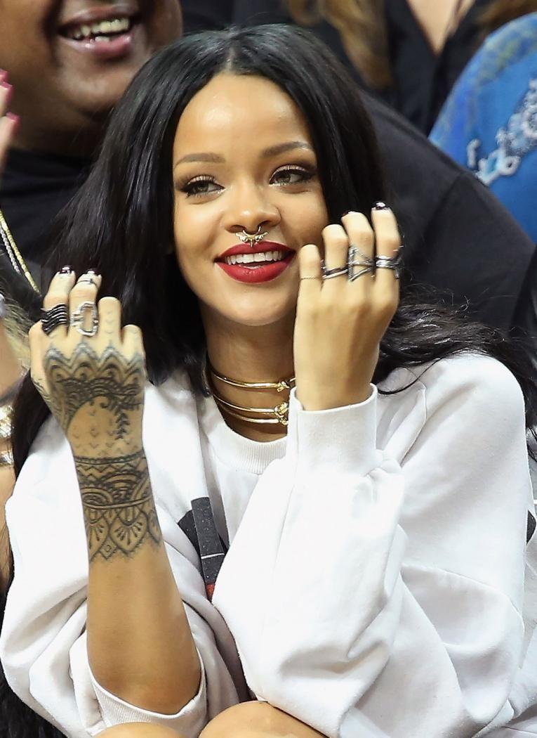 Rihanna piercing no nariz