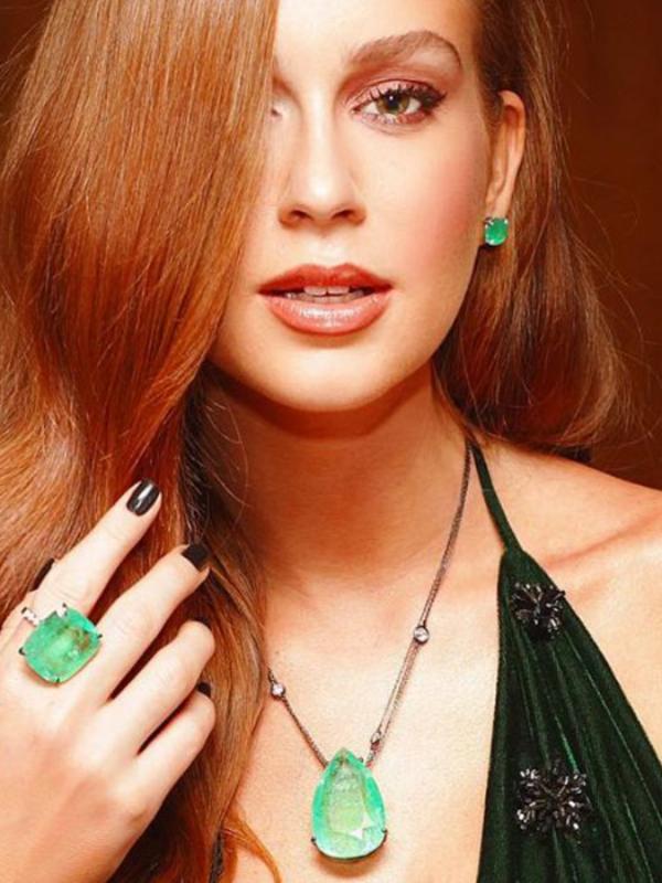Colares esmeraldas de Marina Ruy Barbosa arrasam!