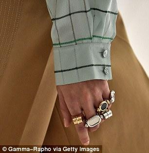 varios aneis nos dedos