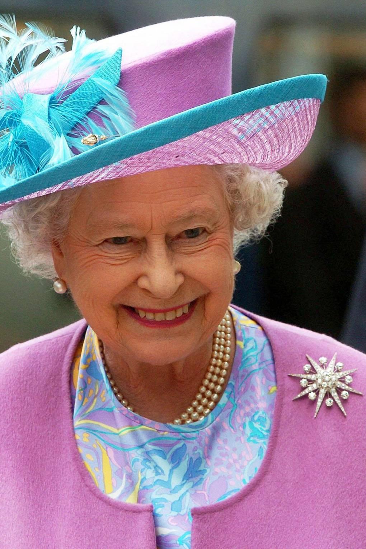 Broches da rainha elizabeth dourada
