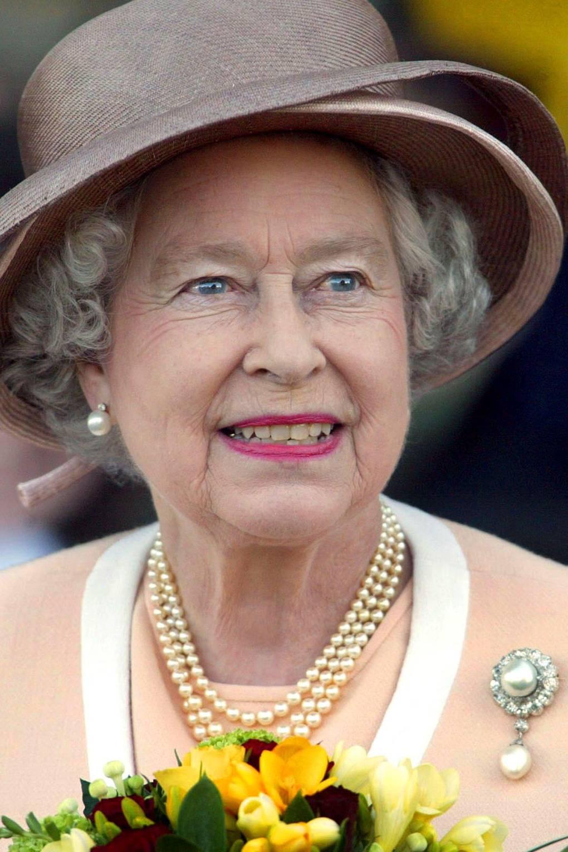 Broches da rainha Elizabeth pérola