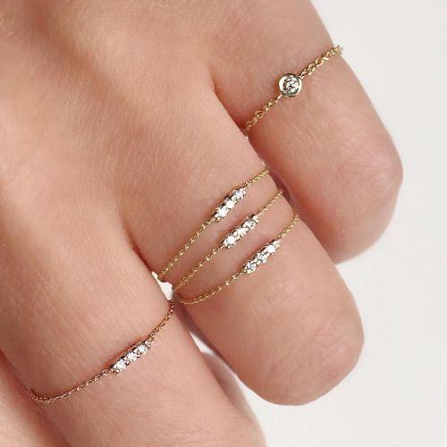 Anéis dourados com diamantes