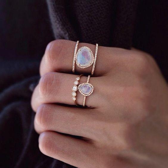 Anéis com pedrarias delicadas