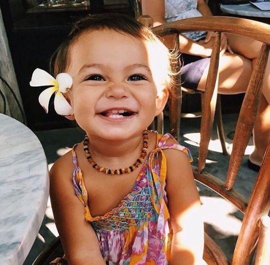 Bebê com colar de âmbar
