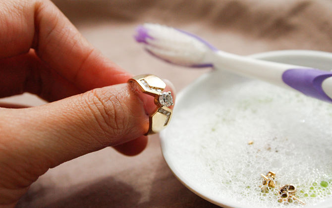 Como limpar joia de ouro
