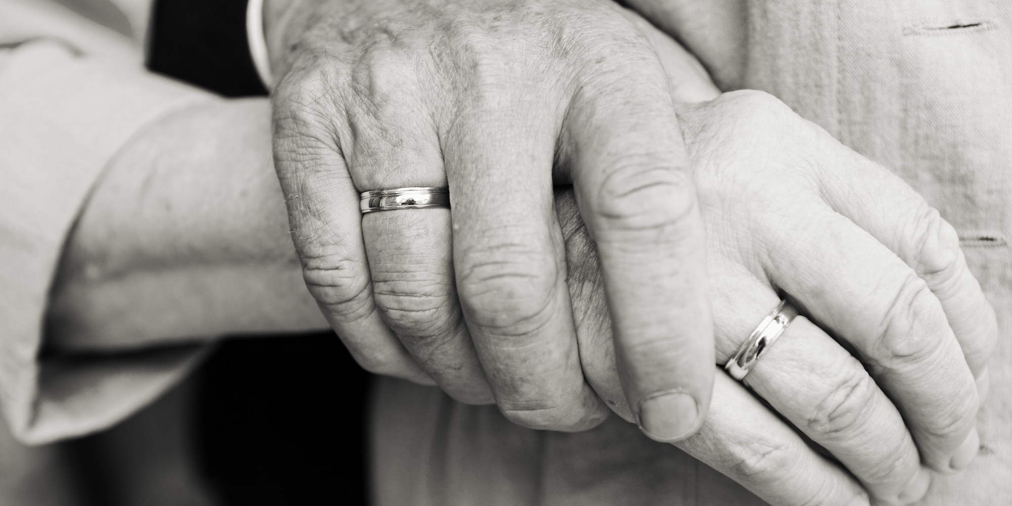 Idosos com aliança de casamento