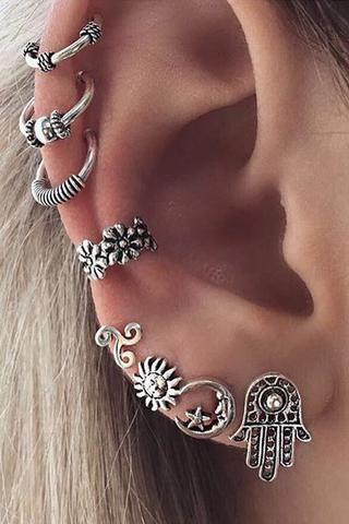 Então, nesse caso, a opção foi compor um estilo boho com muitas joias pratas e bem detalhadas/ Reprodução: Pinterest