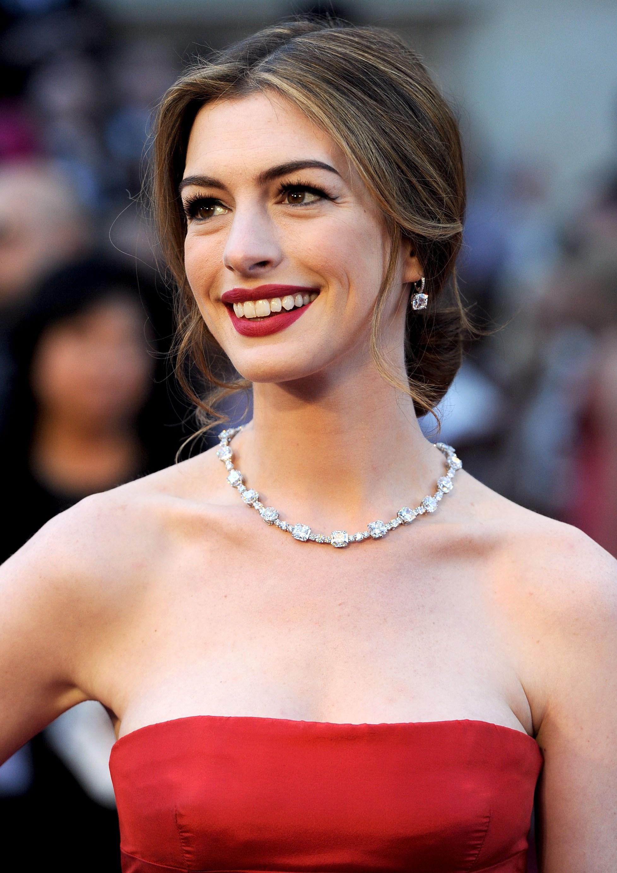 Anne Hathaway colar