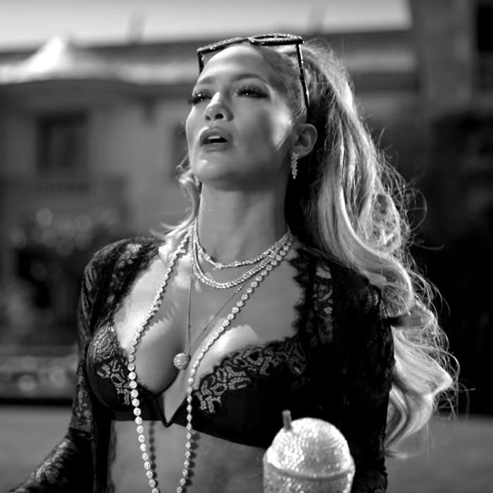 Trecho do clipe em que Jennifer Lopez ostenta joias da coleção Paper Flowers