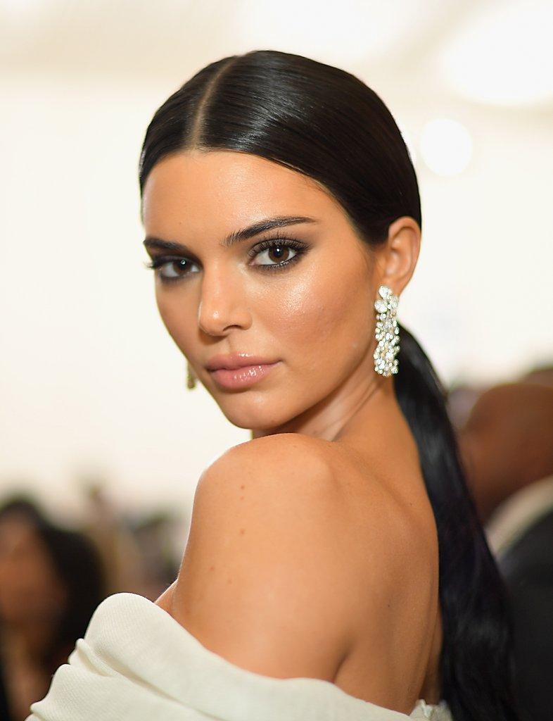 Kendall enealtece ainda mais os brincos grandes de diamantes com os cabelos presos em look todo branco