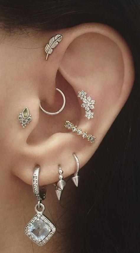 Essa composição tem muitos tipos de piercing de orelha que juntos formam uma combinação boho chic