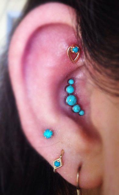 Os piercings com pedrarias ganham um charme super especial nas composições/ Reprodução: Pinterest