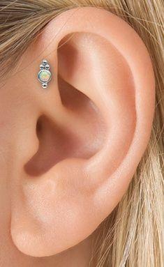 Piercing com opala em destaque na anti helix / Reprodução: Pinterest