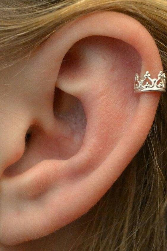 Piercing bem detalhado de coroa colocado na helix/ Reprodução: Pinterest