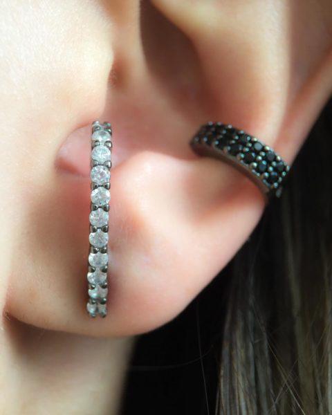 Composição de piercing cravejado com zircônias pretas + ear hook