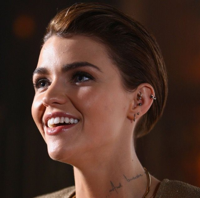 Ruby Rose Rook Piercing Orelha