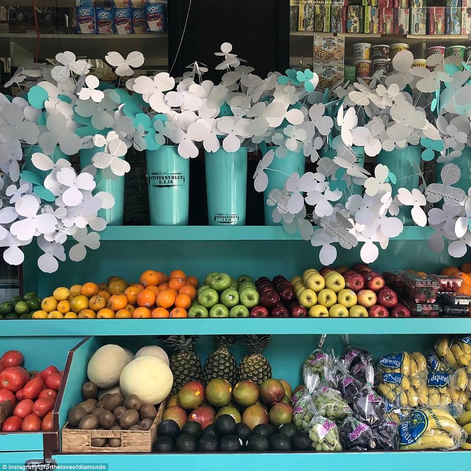 A lojas ficaram mais bonitas com as flores de papel e decoradas com o Azul Tiffany