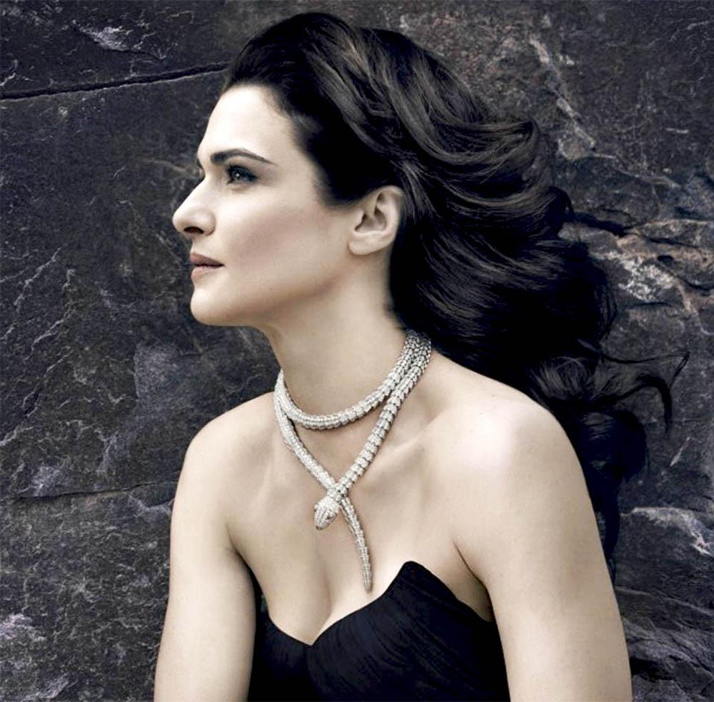 16772922000 O colar de serpente da Bvlgari tem aparecido cada vez mais no pescoço das  mulheres mais famosas do mundo. E isso não é em vão! O colar é uma peça  belíssima