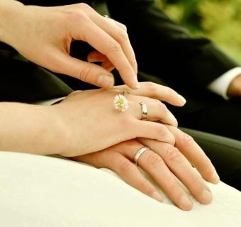 Afinal, em qual mão se usa aliança de namoro e qual é a sua história?