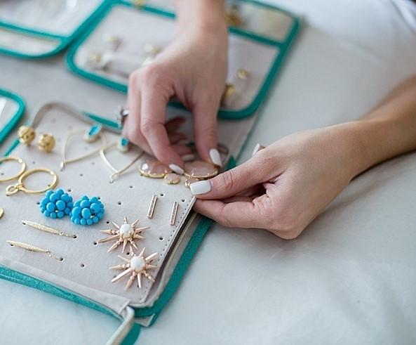 Organizar joias na mala de viagem