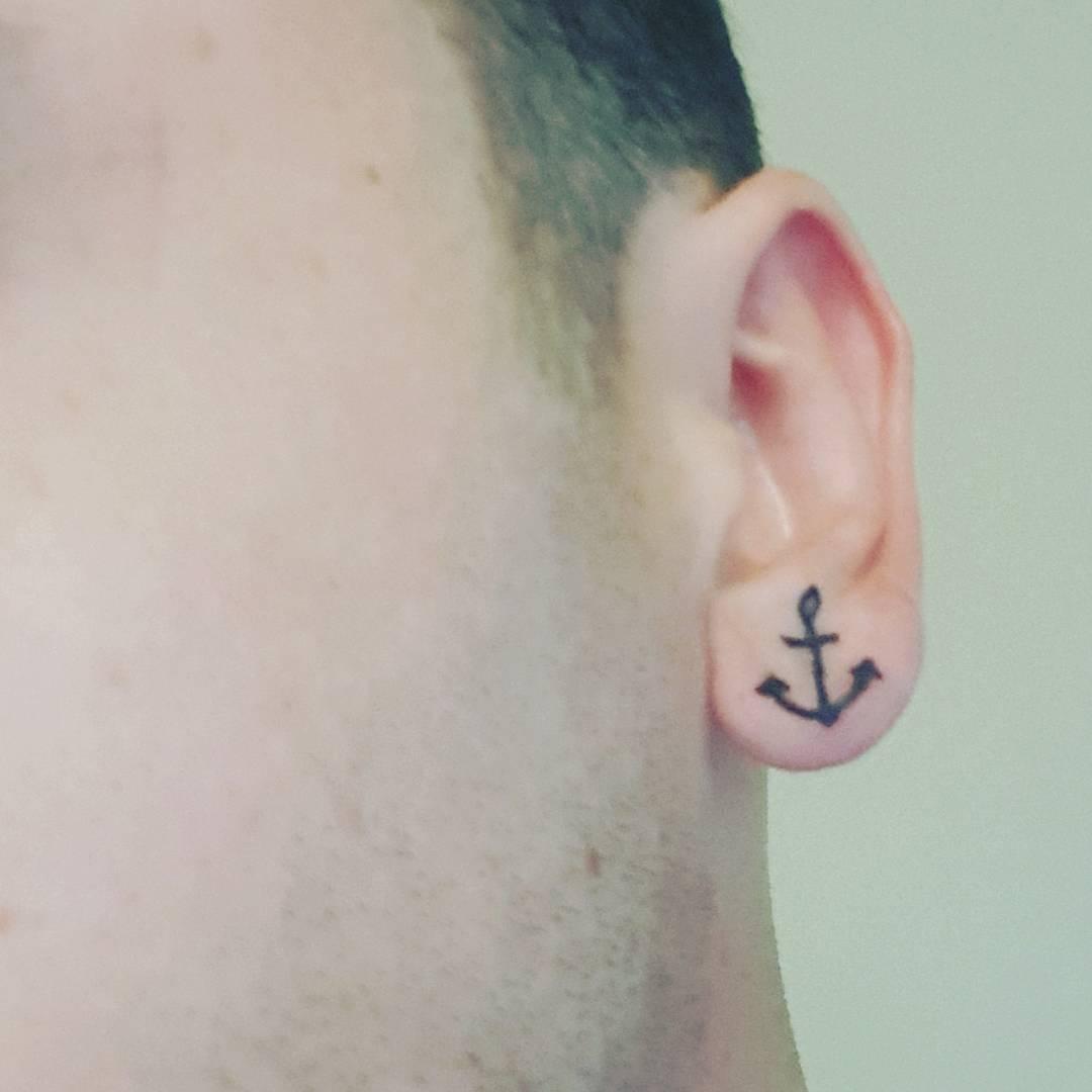 Tatuagem delicada na orelha