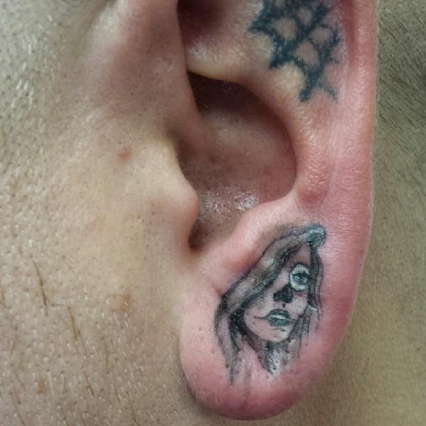 Tatuagem detalhada na orelha