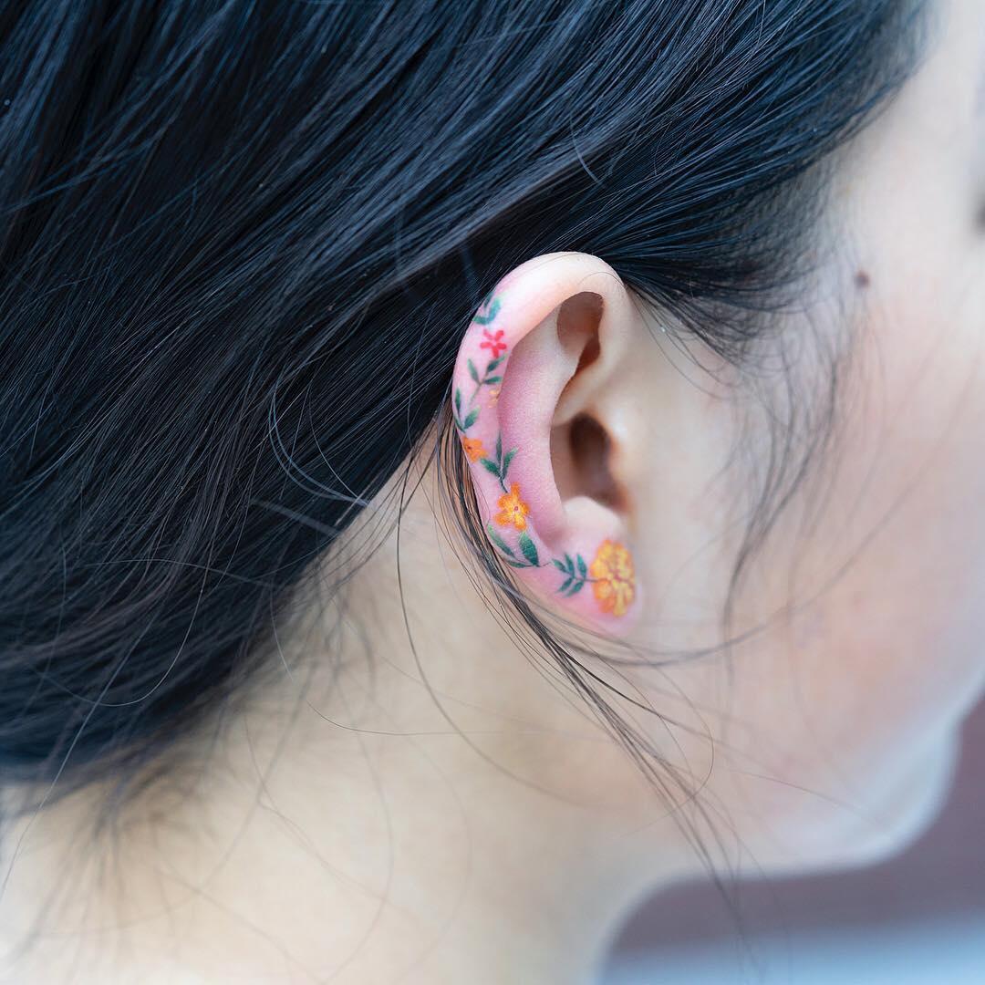 Tatuagem na orelha coloridas