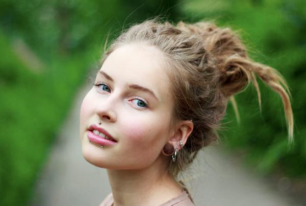 Menina com piercing