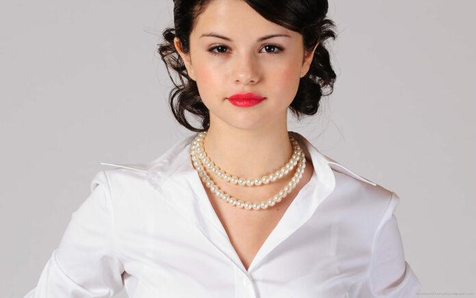 Selena Gomez Colar de Pérolas
