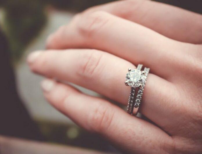 Aliança com anel solitário