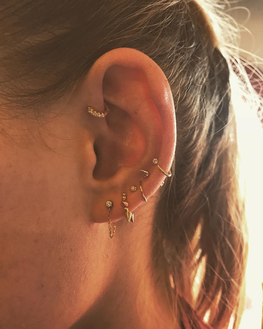 Piercings na orelha combinando