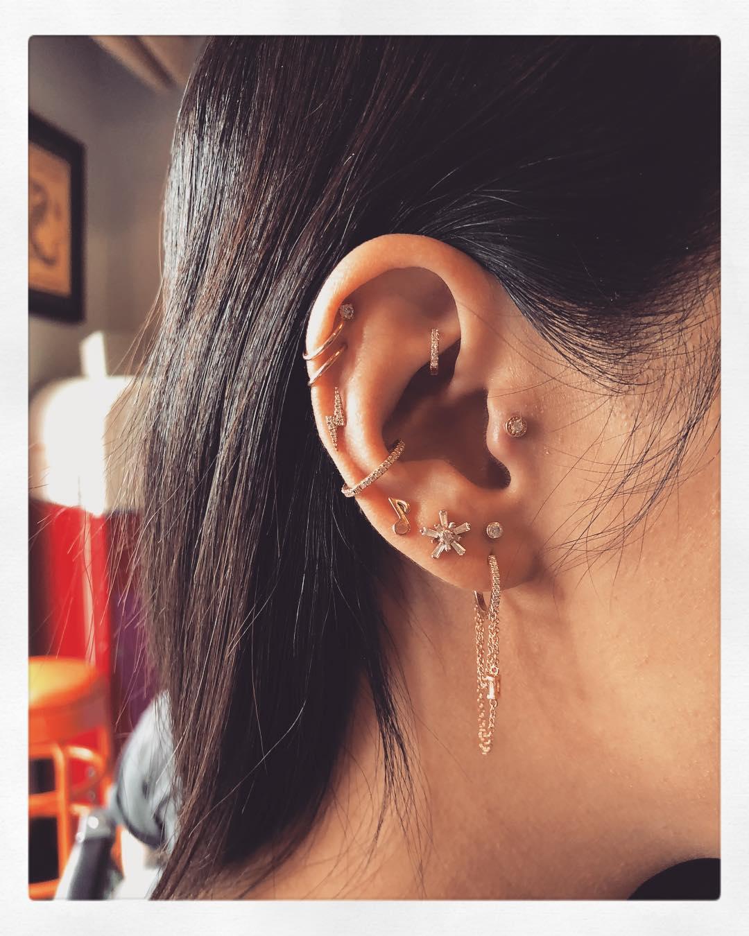 Piercings na orelha criativos
