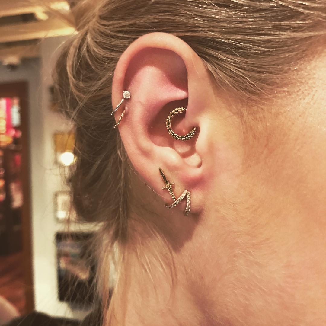 Piecings na orelha daith helix
